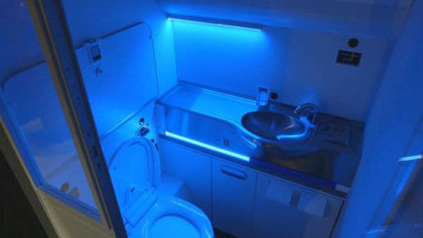 Boeing self-cleaning lavatory